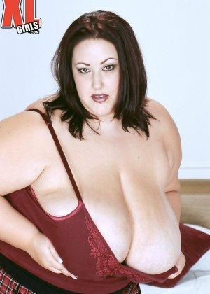Жирная толстуха очень хочет похвастаться своими гигантскими буферами, поэтому выкладывает свои достоинства - фото 5
