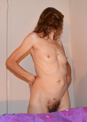 Женщина скрывает свое лицо, зато показывает наглядно, насколько маленькой бывает грудь - фото 14