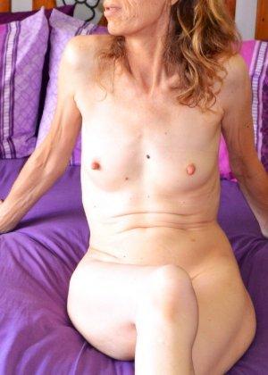 Женщина скрывает свое лицо, зато показывает наглядно, насколько маленькой бывает грудь - фото 6