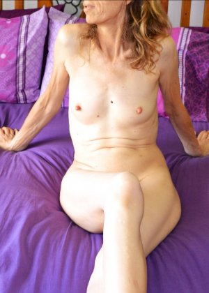Женщина скрывает свое лицо, зато показывает наглядно, насколько маленькой бывает грудь - фото 4