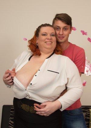 Зрелой женщине с пышной фигурой достается стройный молодой парень, который готов ее ублажать - фото 8