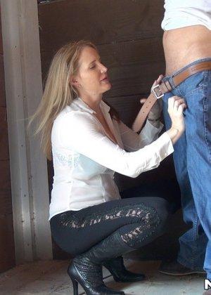 Опытная развратница знает, как правильно сделать минет и соблазнить мужчину для секса - фото 3