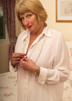 Кокетливой бабуле нравится носить эротическое белье под своим скромным нарядом - фото 11