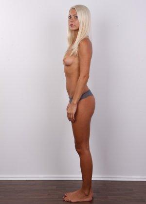 Красивая блондинка позирует без одежды, возбуждая своим прекрасным внешним видом - фото 6