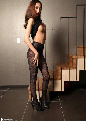 Азиатка постепенно освобождается от одежды и остается совсем обнажена, показывая стройное тело - фото 40