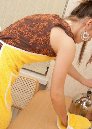 Наташа Китхен так устала готовить, что решила немного развлечься, сняв с себя всю одежду - фото 3