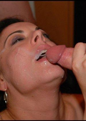 Грязная сучка обожает, когда ей кончают на лицо, и дожидается, пока ее всё лицо оказывается в сперме - фото 5