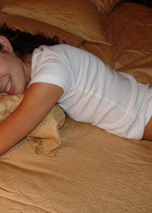 Пока женушка спит муж рассмотрел ее красивую попку в кокетливых розовых трусиках и успел подрочить - фото 2
