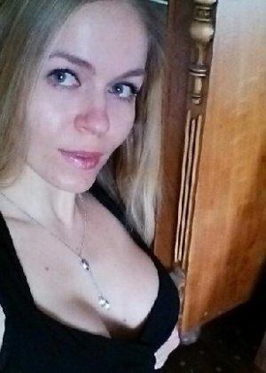 Милая блондинка знает, какую позу надо принять, чтобы выглядеть сексуально и возбудить мужчину - фото 19