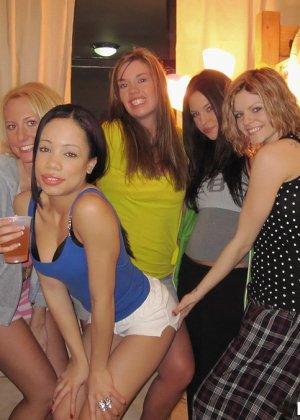 Студенческие вечеринки с кучей алкоголя тем и хороши, что можно трахать кого угодно - фото 1