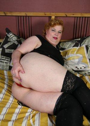 Жирная извращенка показывает, что она очень хочет секса, поэтому прибегает к помощи вибратора - фото 12