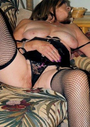 Женщина в возрасте и пышном теле очень хочет секса, поэтому пользуется разными секс-игрушками - фото 9
