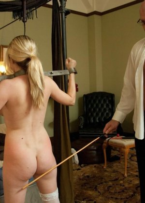 Убирая в номере у богатого мужика, горничная наталкивается на запретные аксессуары, за это он ее и наказывает - фото 13
