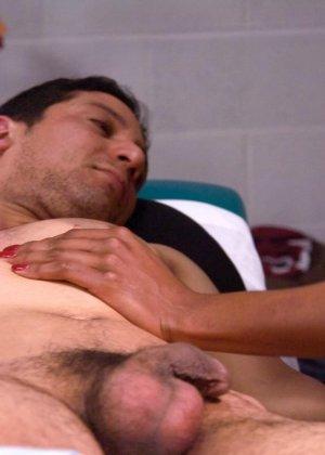 Массажист издевается с клиента, заставляя его сосать член и облизывать ноги, затем ебет его жопу - фото 6