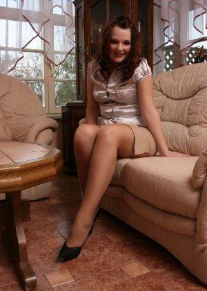 Девушка снимает туфли после тяжелого дня и показывает свои ножки в капроновых колготках - фото 4