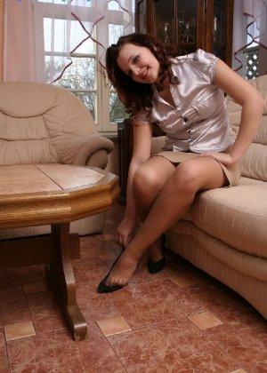 Девушка снимает туфли после тяжелого дня и показывает свои ножки в капроновых колготках - фото 35
