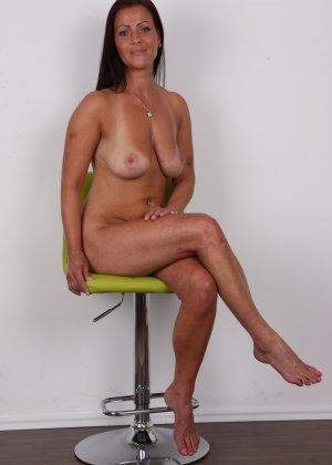 Зрелая девушка показала на кастинге шикарное загорелое тело и классные натуральные дойки - фото 14