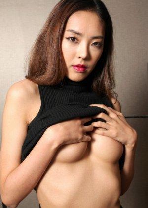 Азиатка постепенно освобождается от одежды и остается совсем обнажена, показывая стройное тело - фото 34