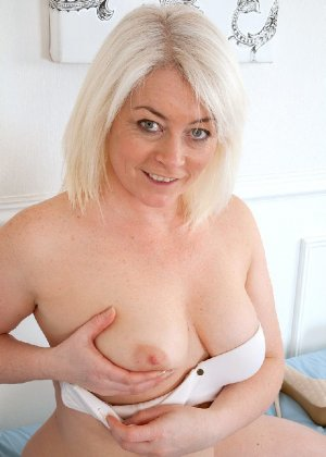 Британская развратница в зрелом возрасте Эмбер Джевел хорошо сохранилась и с удовольствием показывает свою фигуру - фото 2