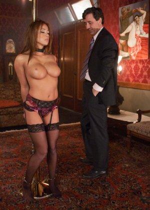 Стив Холмс приобрел себе  грудастую азиатскую шлюху Миа Лелани и готов ее испробовать - фото 6