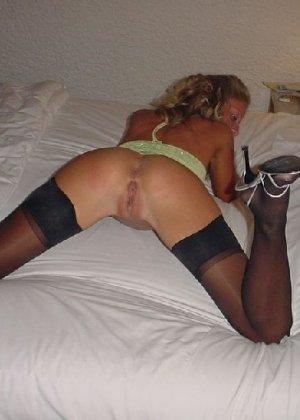 Соблазнительная блондинка показывает свою попочку и аккуратную дырочку – она невероятно возбуждает - фото 12