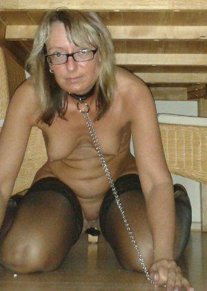 Развратница одевает на себя чулки и ошейник с поводком, показывая всю свою сексуальность и похоть - фото 7