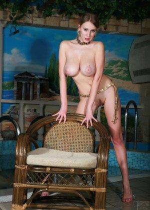 Натуральный бюст этой красотки просто поражает своим объемом - фото 34- фото 34- фото 34