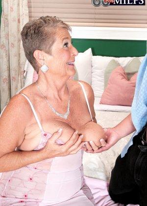 Великолепной женщине Джоанне Прис разорвал колготки и вставил хер в ее бритую пизду - фото 3