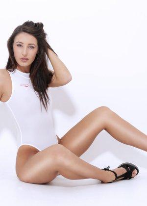 Блондинки и брюнетки показывают свои красивые тела в слитных купальниках – им они очень идут - фото 1