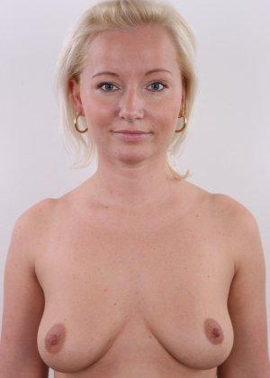 Голенькая пизденка с выпирающим клитором у невысокой блонды - фото 7