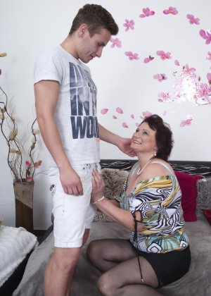 Зрелая женщина разрешает себя облапать молодому человеку и проявляет интерес к его члену - фото 11