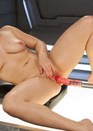 Лиа Лексис подставила свою знойную дырку под секс машину, которая без устали может трахать ее - фото 16