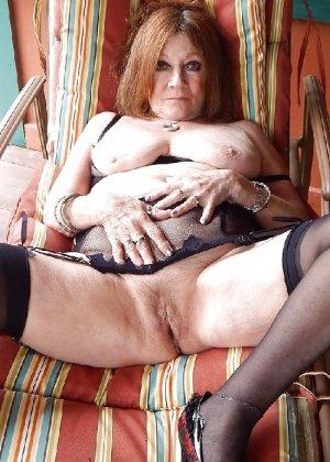 Женщина пользуется секс игрушками порно