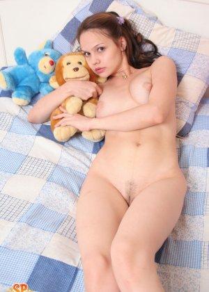Красивая девушка все еще спит с мягкими игрушками, хотя наверняка, под подушкой к нее имеются и другие - фото 15