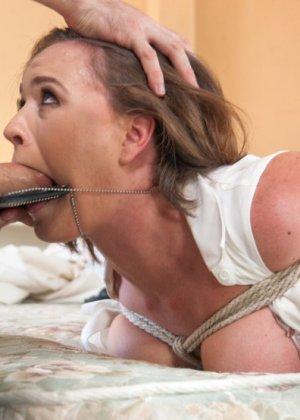 Симпатичная сотрудница органов попала к руки извращенца, который любит трахать девушек на свежем воздухе - фото 5