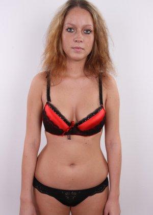 Сероглазая девчонка с гибкой талией позволяет снять на камеру все, даже голенькую киску - фото 5