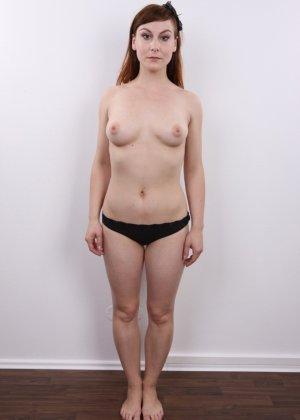 Девушка на кастинге постепенно освобождает себя от невзрачной одежды и показывает все, что может - фото 5