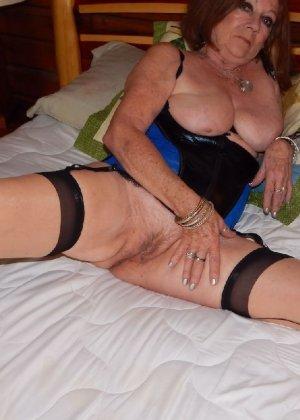 Женщина в возрасте и пышном теле очень хочет секса, поэтому пользуется разными секс-игрушками - фото 1