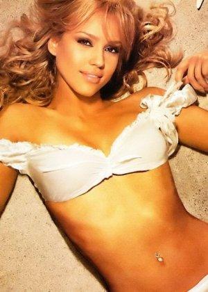Бесстыжая красотка Джессика Альба кутается в простынь, но позволяет увидеть свой роскошный изгиб талии и нежное бедро - фото 6
