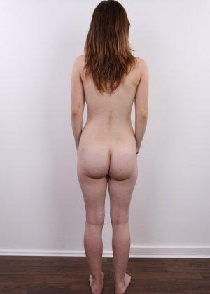 Девушка не знает чего ожидать на такой необычной фото сессии, но ведет себя очень даже мило - фото 12