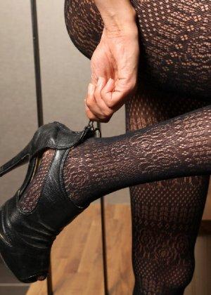 Азиатка постепенно освобождается от одежды и остается совсем обнажена, показывая стройное тело - фото 57