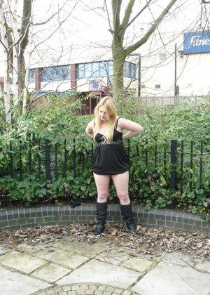 Смелая телочка София не носит белья и даже готова обнажиться в городском парке посреди дня - фото 8