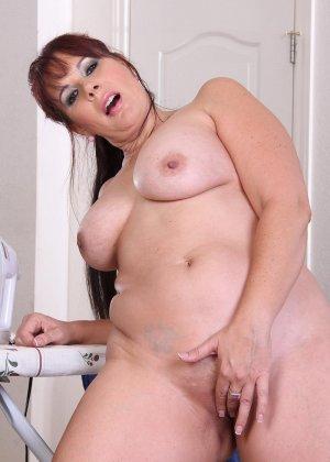 Толстенькая мадам показывает свою большую грудь и мохнатую пизду - фото 7