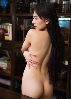 Горячая азиатка показывает свою миниатюрную фигурку, обнажая все самые интимные зоны - фото 8