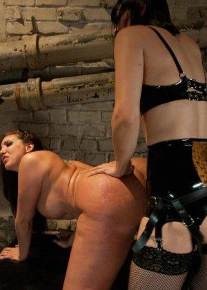 Одну девушку разрывают два члена - страпон в пизде и настоящий мужской член в анусе - фото 15