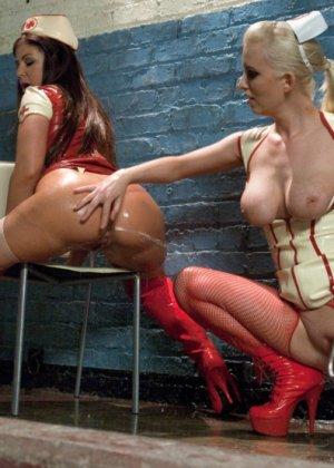 Черри Терн и ее подруга Миа Годелись в костюмы медсестер и трахают друг друга страпонами - фото 10