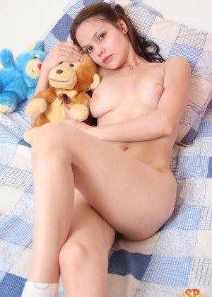 Красивая девушка все еще спит с мягкими игрушками, хотя наверняка, под подушкой к нее имеются и другие - фото 16