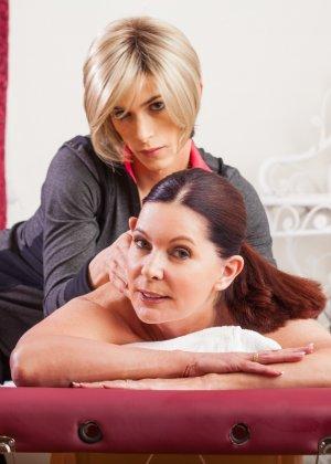 Блондин транс делает массаж клиентке, ей понравилось, и она попросила, чтобы тот ее трахнул - фото 1