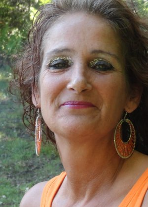 Зрелая женщина показывает себя со всех сторон, не стесняясь ничего – она знает, как себя преподнести - фото 25