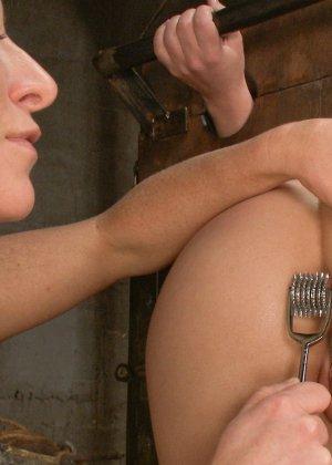 Кейси подставляет свою жопу для расширителя, огромного страпона, металлического фаллоса и целого кулака - фото 12